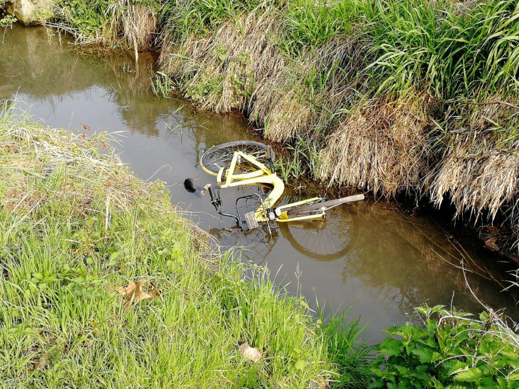 Una bike buttata nel fosso a Zivido di San Giuliano Milanese